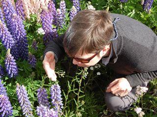 花の匂いをかぐ男性