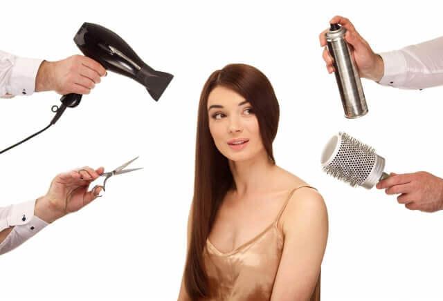 女性とヘアメイクの道具