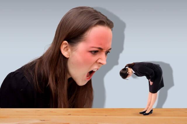大きな人に怒られる女性