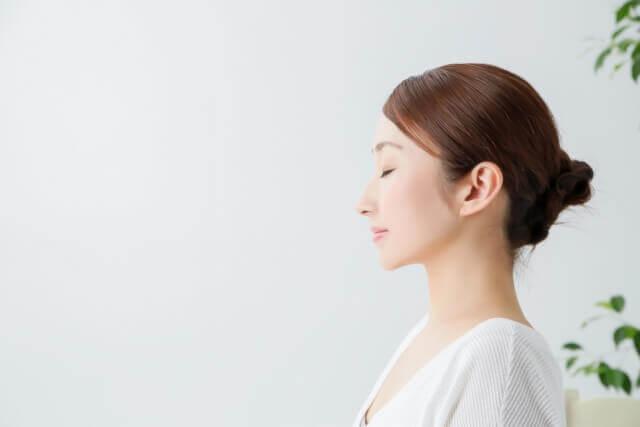 女性の横顔1(目を瞑る)