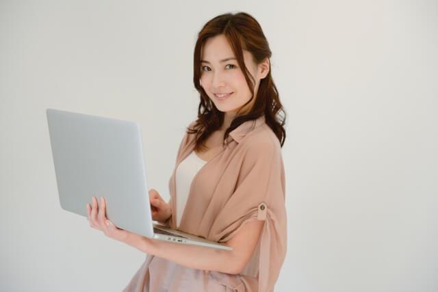 PCを持っている女性