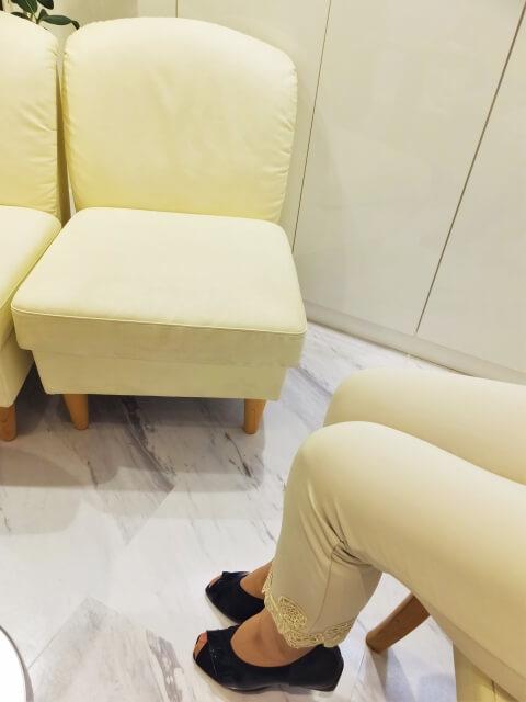 待っている女性の足