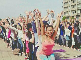 生徒さんと一列になり両手を上げヨガポーズをする田中律子
