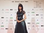 憧れのまなざしを向ける女子続出! 桐谷美玲が美しすぎるシックなドレス姿を披露