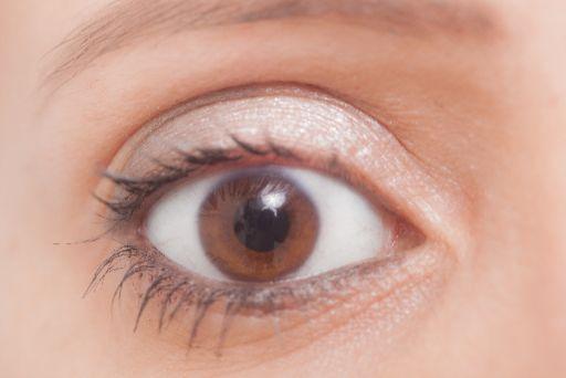女性の目のアップ