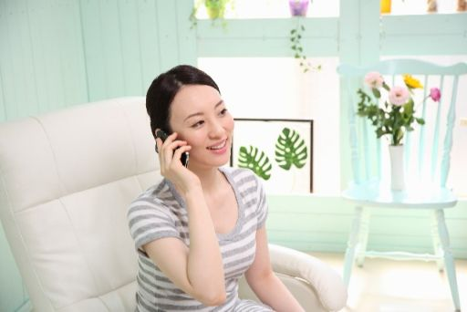 予約の電話をする女性
