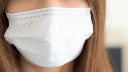マスクをした女性のアップ