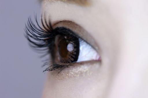 まつ毛エクステをしている女性の目