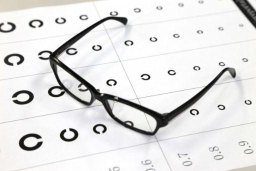 メガネと視力検査票