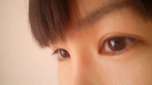 女性の目を横から見た状態