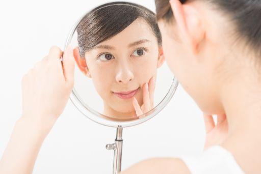手鏡を見る女性