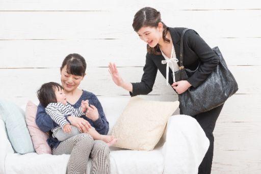 就職活動へ向かう母親