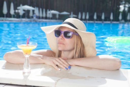 夏を満喫する女性