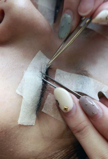 マツエク施術を受ける女性