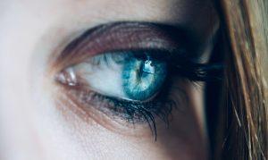 青い流し目