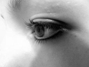 モノクロの瞳のアップの画像
