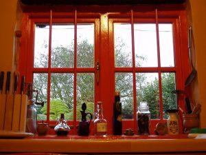 窓辺にある小瓶の画像