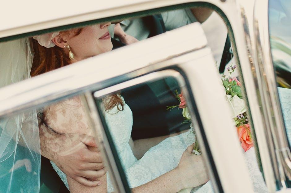 花嫁が車から出るところ