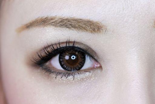 メイクをしている女性の目