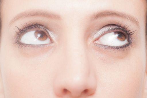 目線だけ上を向ける女性