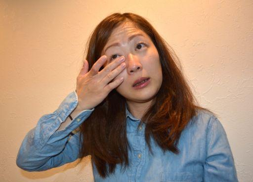 目から涙が出る女性