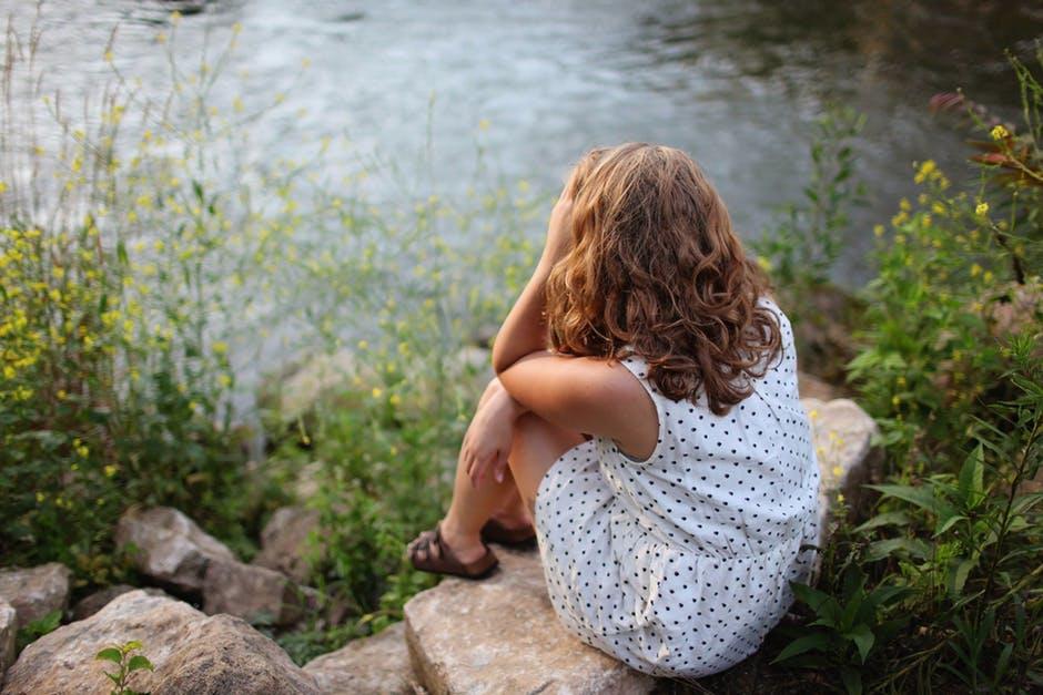 池を見る女性
