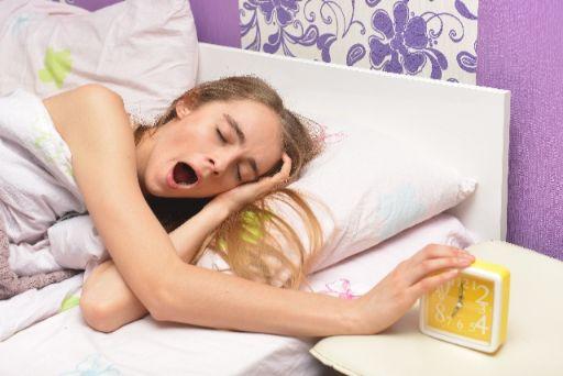 眠そうな女性