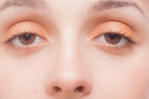 ボーとする女性の目