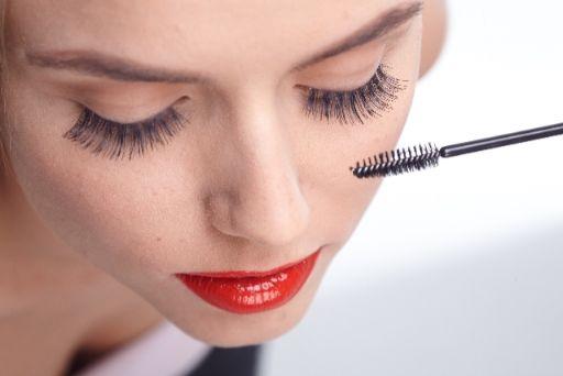 美容液をまつ毛に塗る女性