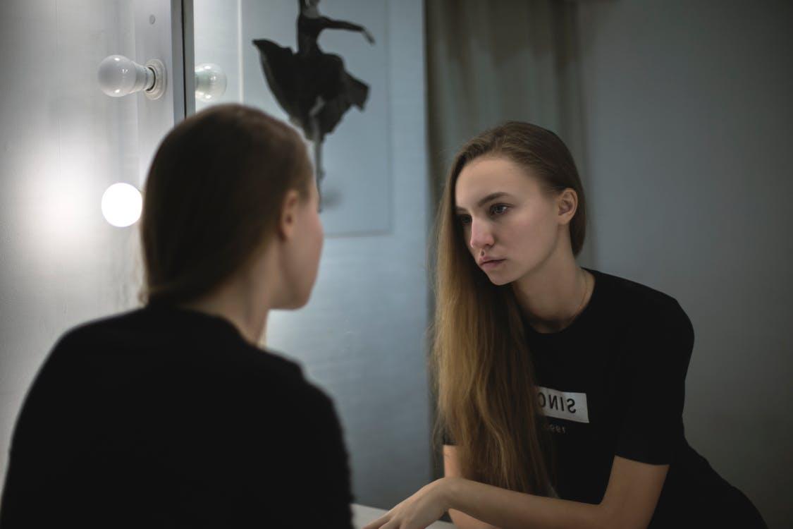 鏡に向き合う女性