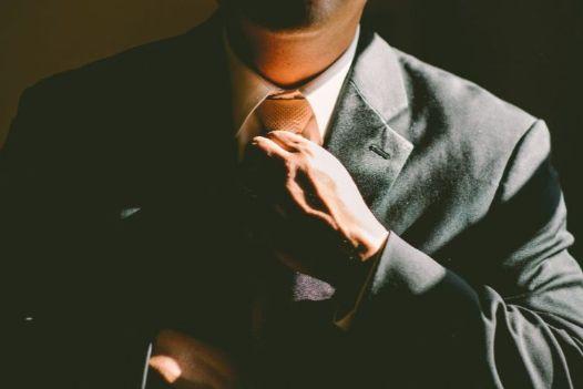 ネクタイを締めなおすビジネスマン