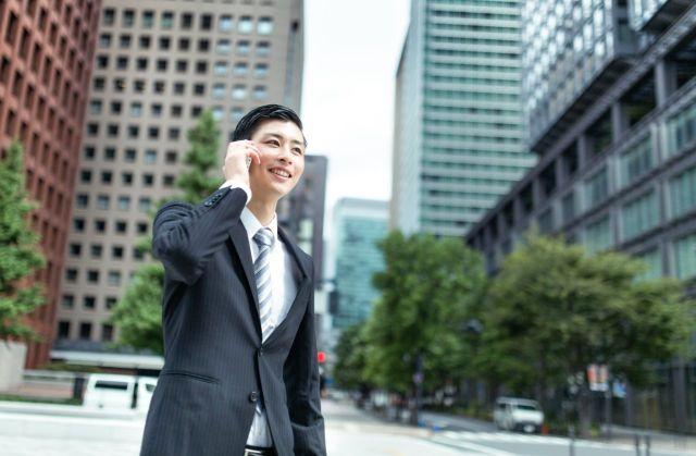携帯電話で話している男性