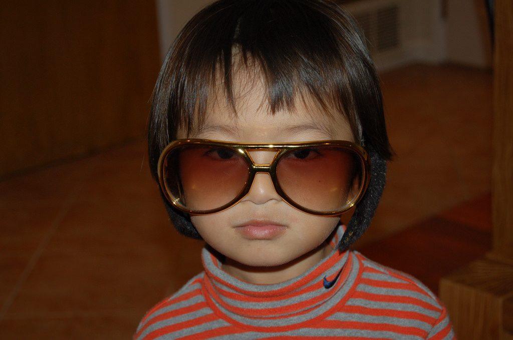 大きなサングラスをかけた少年