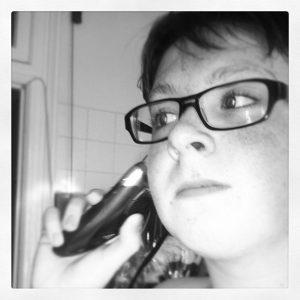 メガネをかけた少年の白黒写真