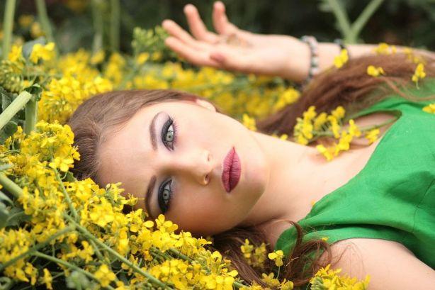 花に囲まれる女性