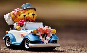 クマのぬいぐるみと車