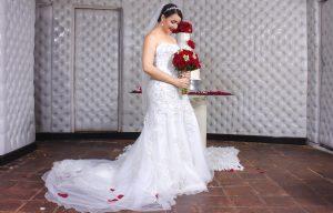 赤い花を持った花嫁