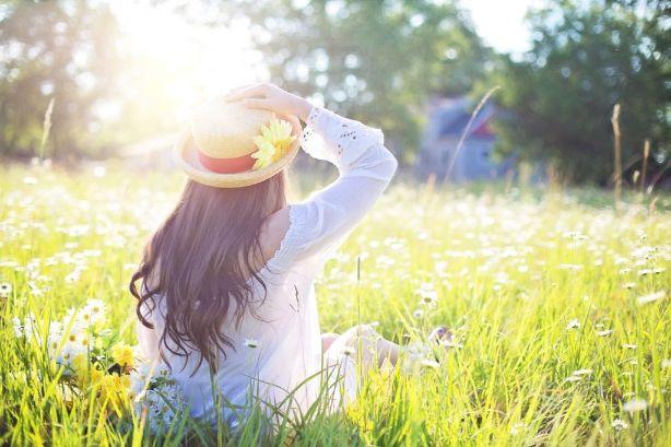草原に座っている女の子の画像