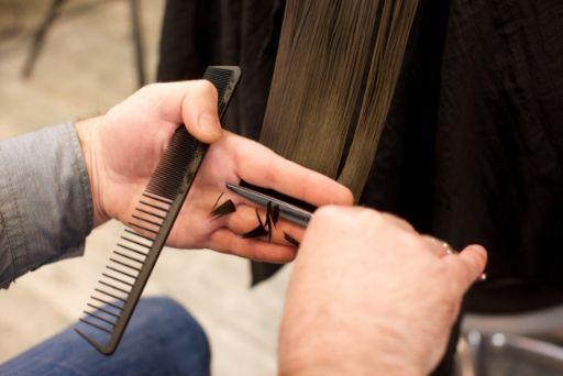 髪をカットする作業
