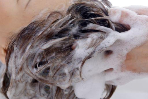 シャンプーする美容師
