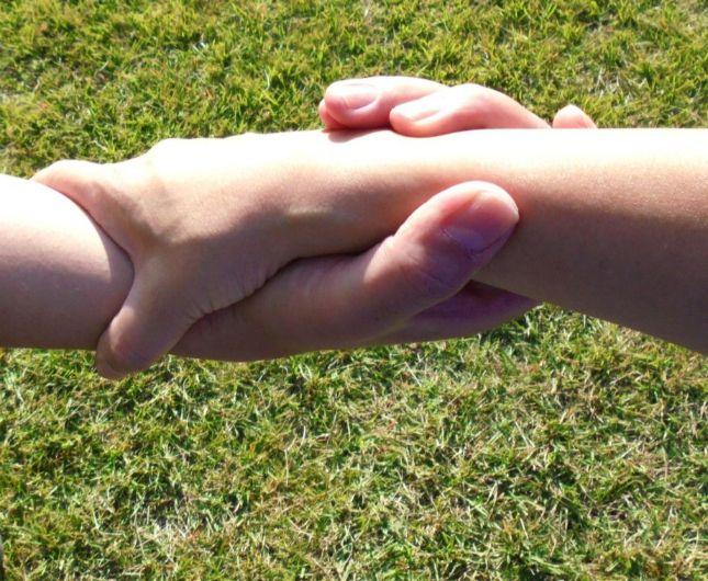 助け合う二本の手