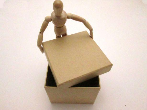 紙で作られた箱