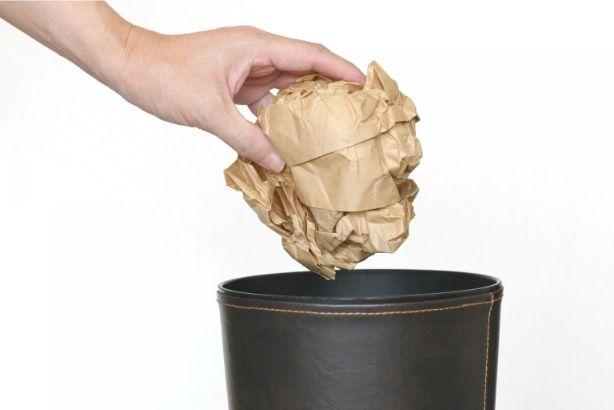 ゴミ箱に捨てられる紙ゴミ