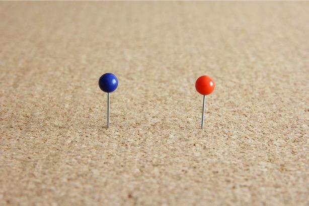 青と赤のピン