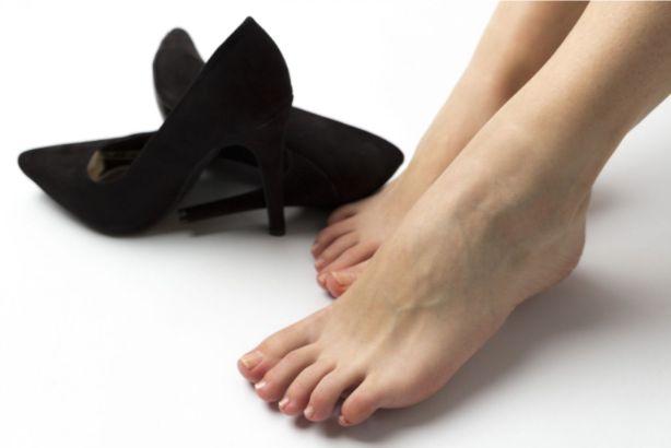 黒いパンプスと女性の脚