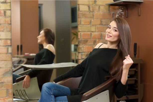 髪を切り終えた女性