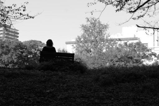公園で落ち込む人