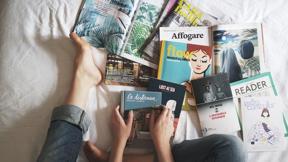 雑誌や本をベッドに広げる