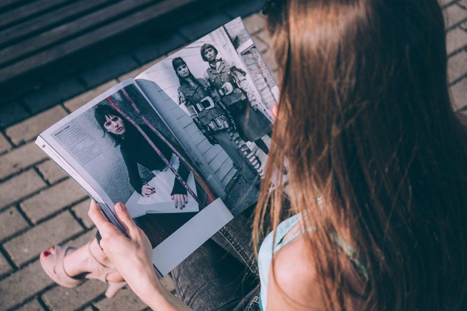 ファッション雑誌を読む女性