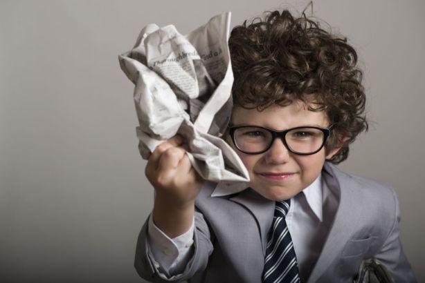 新聞紙を丸める少年
